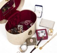 A SMALL COLLECTION OF COSTUME JEWELLERY to include cufflinks, an agate and gilt metal brooch,