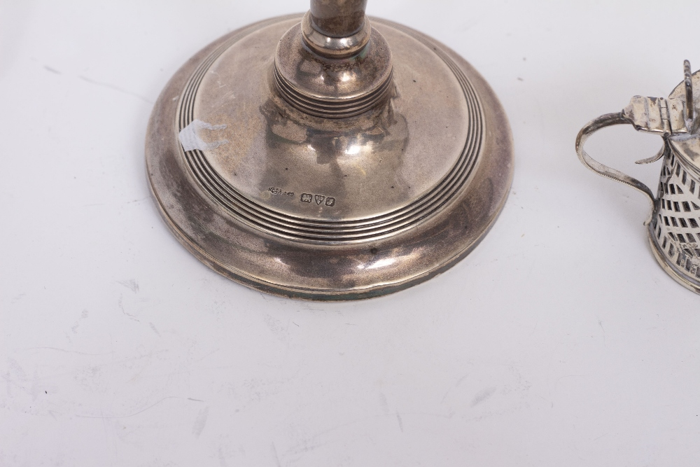 Lot 18 - A LATE 20TH CENTURY SILVER TEA STRAINER AND STAND with turned hardwood handle, approximately 169