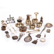 A QUANTITY OF SILVER ITEMS TO INCLUDE A SILVER CASE WITH CAMEO INSET TOP marks for Chester, 1905,