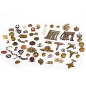 A GROUP OF MILITARY BUTTONS AND BADGES to include seven large brass Royal Engineers buttons,