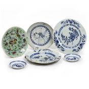 FIVE CHINESE PORCELAIN NANKING CARGO BLUE AND WHITE PORCELAIN DISHES AND PLATES the largest 23cm