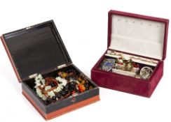A COLLECTION OF JEWELLERY AND COSTUME JEWELLERY to include brooches, rings, ladies wristwatch,