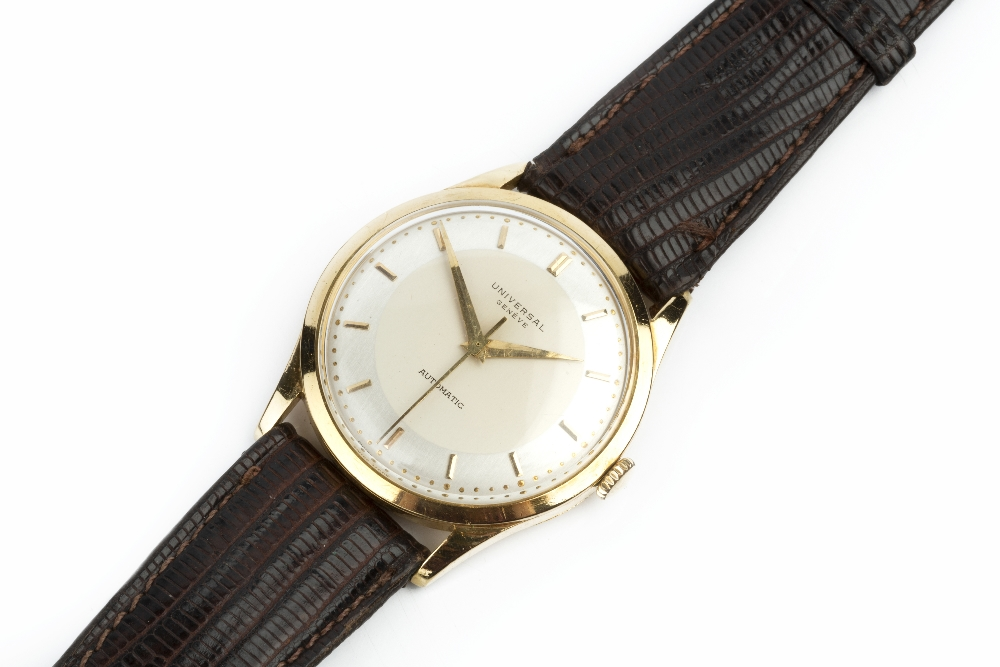 A GENTLEMAN'S AUTOMATIC WRISTWATCH BY UNIVERSAL GENÉVE, the circular silvered dial with gilt baton