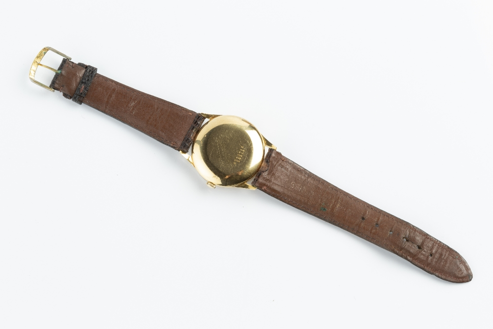 A GENTLEMAN'S AUTOMATIC WRISTWATCH BY UNIVERSAL GENÉVE, the circular silvered dial with gilt baton - Image 3 of 7