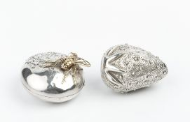 A SILVER CIRCULAR BOX, modelled as a textured macaroon, and mounted with a silver gilt fly to the