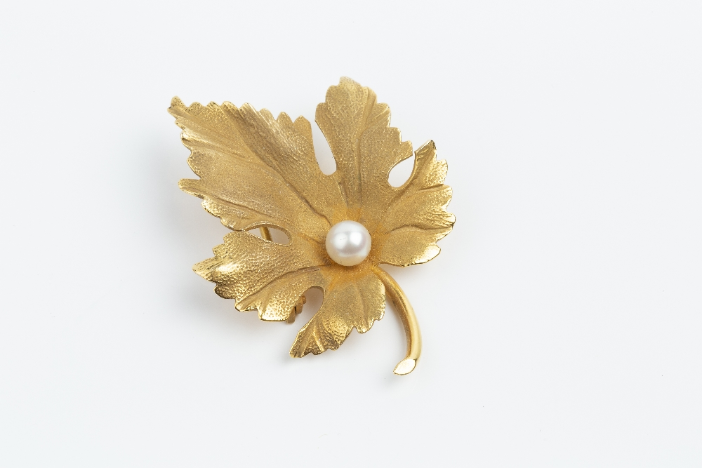A CULTURED PEARL SET BROOCH BY TIFFANY & CO, modelled as a maple leaf, with single cultured pearl