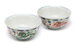 A PAIR OF CIHNESE WUCAI 'DRAGON AND PHOENIX' BOWLS, 20TH CENTURY