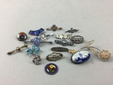 A COLLECTION OF VINTAGE SILVER AND OTHER JEWELLERY