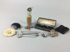 A COLLECTION OF VICTORIAN AND LATER PINS AND BROOCHES