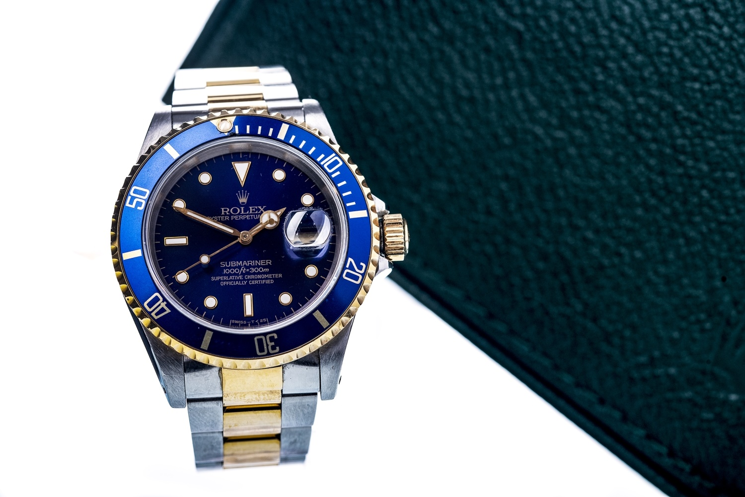 Lot 863 - A GENTLEMAN'S ROLEX OYSTER PERPETUAL DATE SUBMARINER STAINLESS STEEL BI COLOUR AUTOMATIC WRIST WATCH