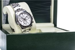 A GENTLEMAN'S ROLEX OYSTER PERPETUAL COSMOGRAPH DAYTONA STAINLESS STEEL AUTOMATIC WRIST WATCH