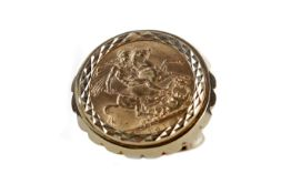 A GEORGE V (1910 - 1936) GOLD SOVEREIGN RING DATED 1913
