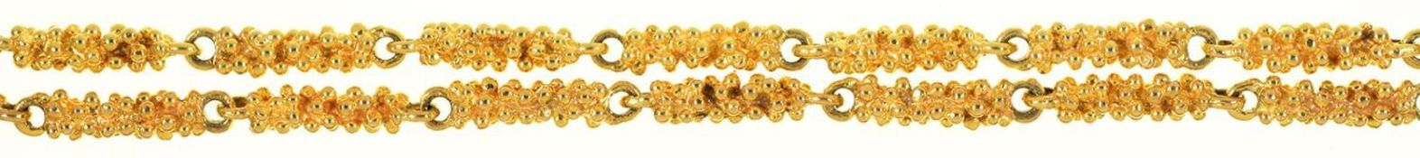 A GOLD NECKLACE OF TEXTURED BATONS, 77CM L, INCOMPLETELY MARKED, MAKER'S MARK J D (?), LONDON