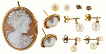 A CAMEO BROOCH PENDANT, CARVED WITH THE HEAD OF A LADY, 37MM, MARKED 9KT AND SEVERAL PAIRS OF GOLD