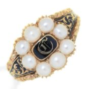 A ENGLISH CHASED  GOLD AND BLACK ENAMEL MOURNING RING, EARLY 19TH C, THE INITIALS C IN SPLIT PEARL