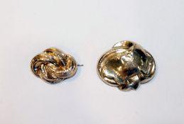 2 Schaumgold Broschen, 19. Jahrhundert, B 3/4 cm, teils verbeult, Tragespuren