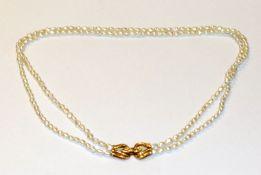 Süßwasser Perlenkette, 2-reihig mit 18 k Gelbgold-Schließe, besetzt mit 2 kleinen Diamanten, L 45