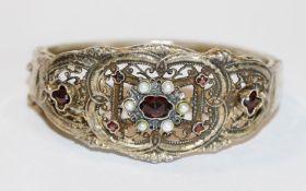 Silber/vergoldeter Trachten-Armreif mit Granaten und Perlen verziert, Gold berieben, D 6 cm