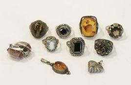 Silber-Konvolut: 7 diverse Ringe, Paar Ohrclips und 2 Anhänger, Tragespuren