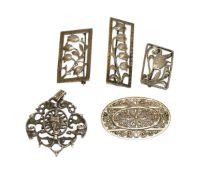 Silber-Konvolut: Anhänger, Maria mit Kind, 3 Broschen mit Blumendekor in eckiger Form, und Brosche