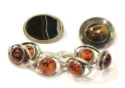 Silber Konvolut: Armband mit Bernstein, L 21 cm, runde Brosche mit Tigerauge, D 3,5 cm, und Brosche