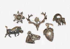 Silber-Konvolut: 2 Anhänger, Pferdekopf und Weintraube, und 4 Broschen, Distel, St. Hubertus,