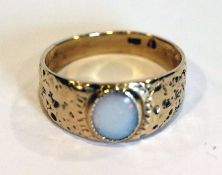 14 k Gelbgold Ring mit Opal, Ringschiene teils mit gehämmertem Dekor, 6,6 gr., Gr. 66