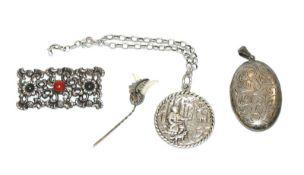 Silber-Konvolut: reliefierte Brosche, Krawattennadel, Medaillon, aufklappbar, und Armband mit