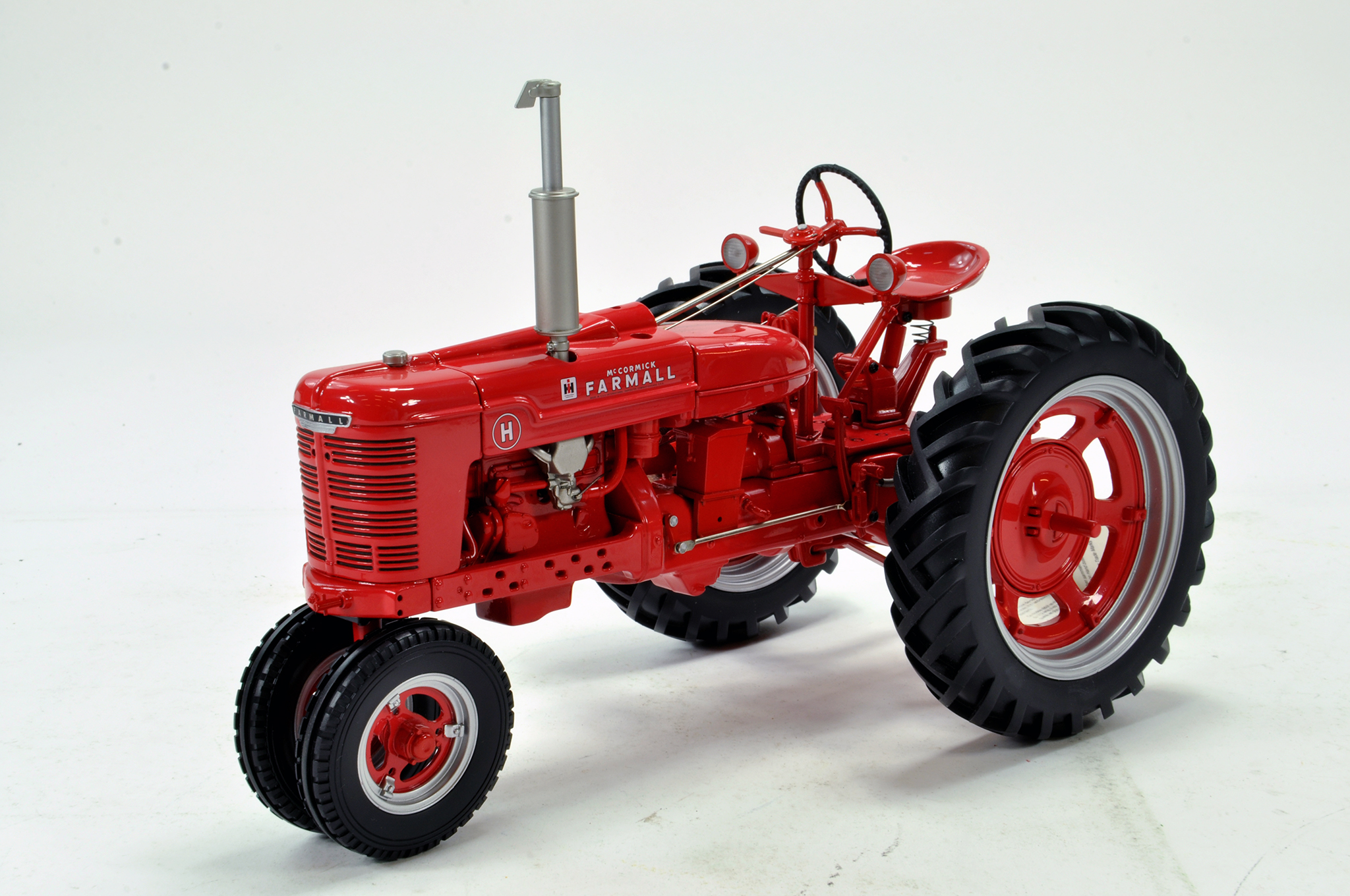 Lot 545 - Franklin Mint 1/12 Precision Issue Farmall H Tractor. Missing pre-cleaner otherwise Excellent.