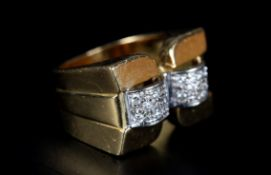 AN ART DECO STYLE DIAMOND RING the brilliant cut stone grain set to two domed square strips of white