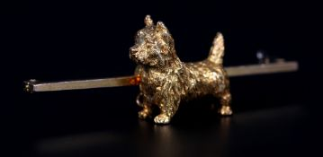 AN EDWARD VII SCOTTIE (CAIRN TERRIER) BROOCH in 15ct gold, the alert dog in full relief with