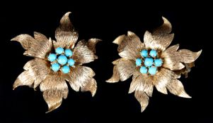 A PAIR OF TURQUOISE SET SUNFLOWER EAR CLIPS c.1950 in 18ct gold, the circular cabochon stones claw