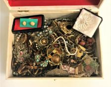 GOOD SELECTION OF VINTAGE COSTUME JEWELLERY including a filigree peacock brooch, crystal and other