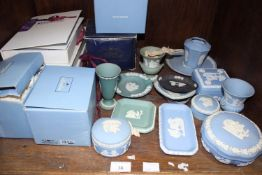 SECTION 36. A collection of assorted loose and boxed Wedgwood ceramic items, largely blue, green and