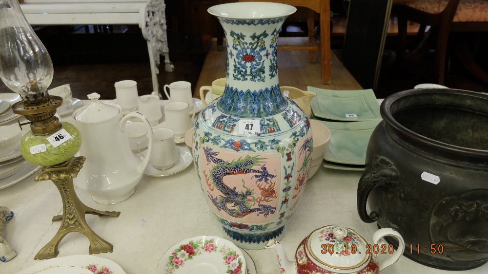 A Chinese Qlanglong vase - Image 2 of 2