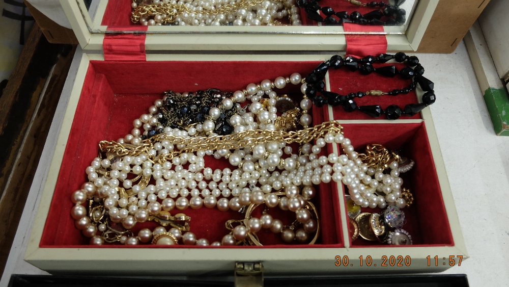 A qty of costume jewellery