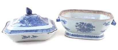 Chinese export porcelain tureen and one other base,