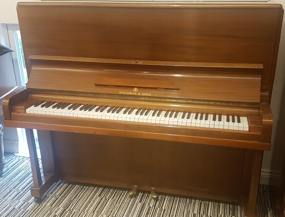 Lot 16 - Steinway (c1909) An upright piano in a mahogany case.