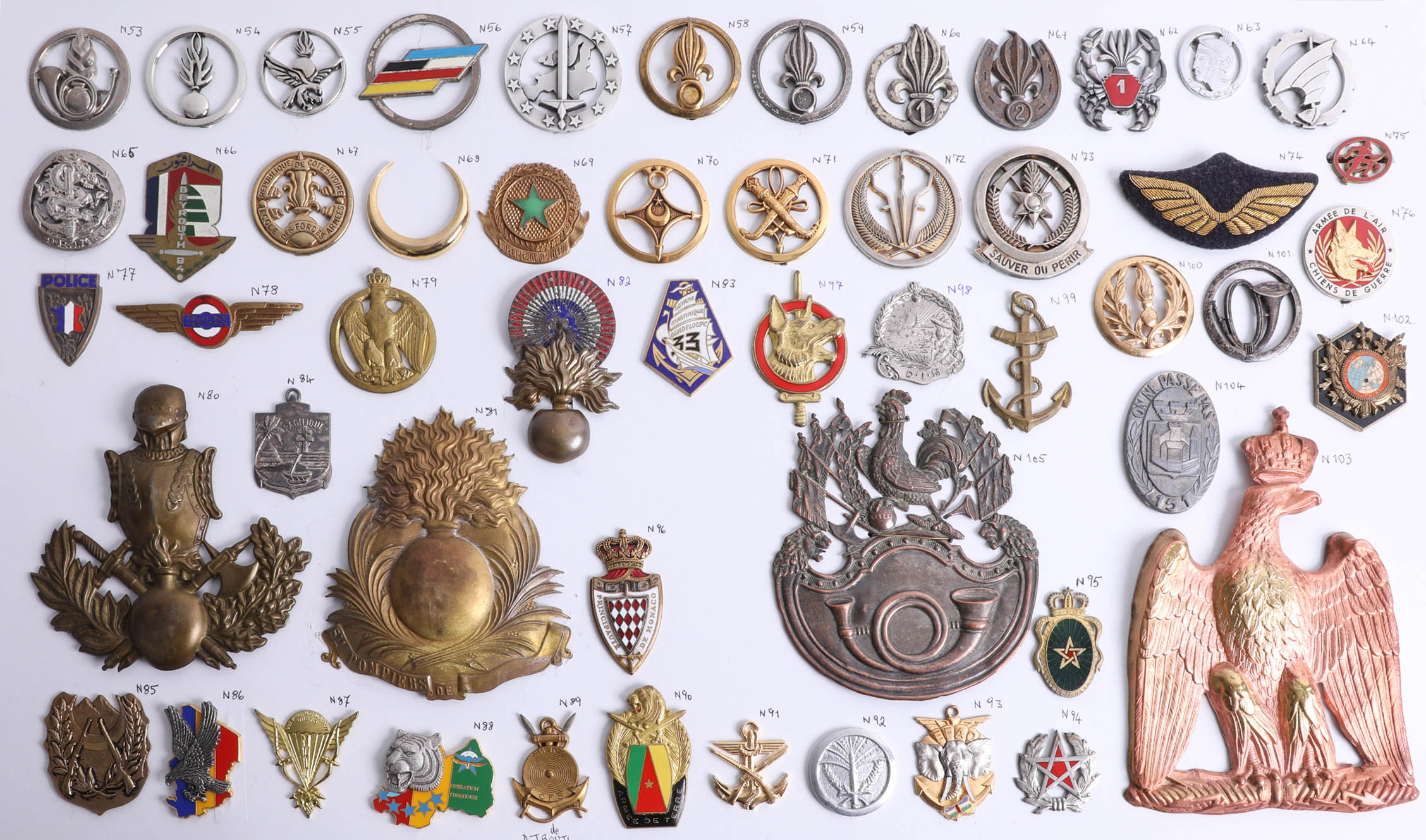 Lot 015 - A collection of approx. 52 military cap and other French badges including Foreign Legion and