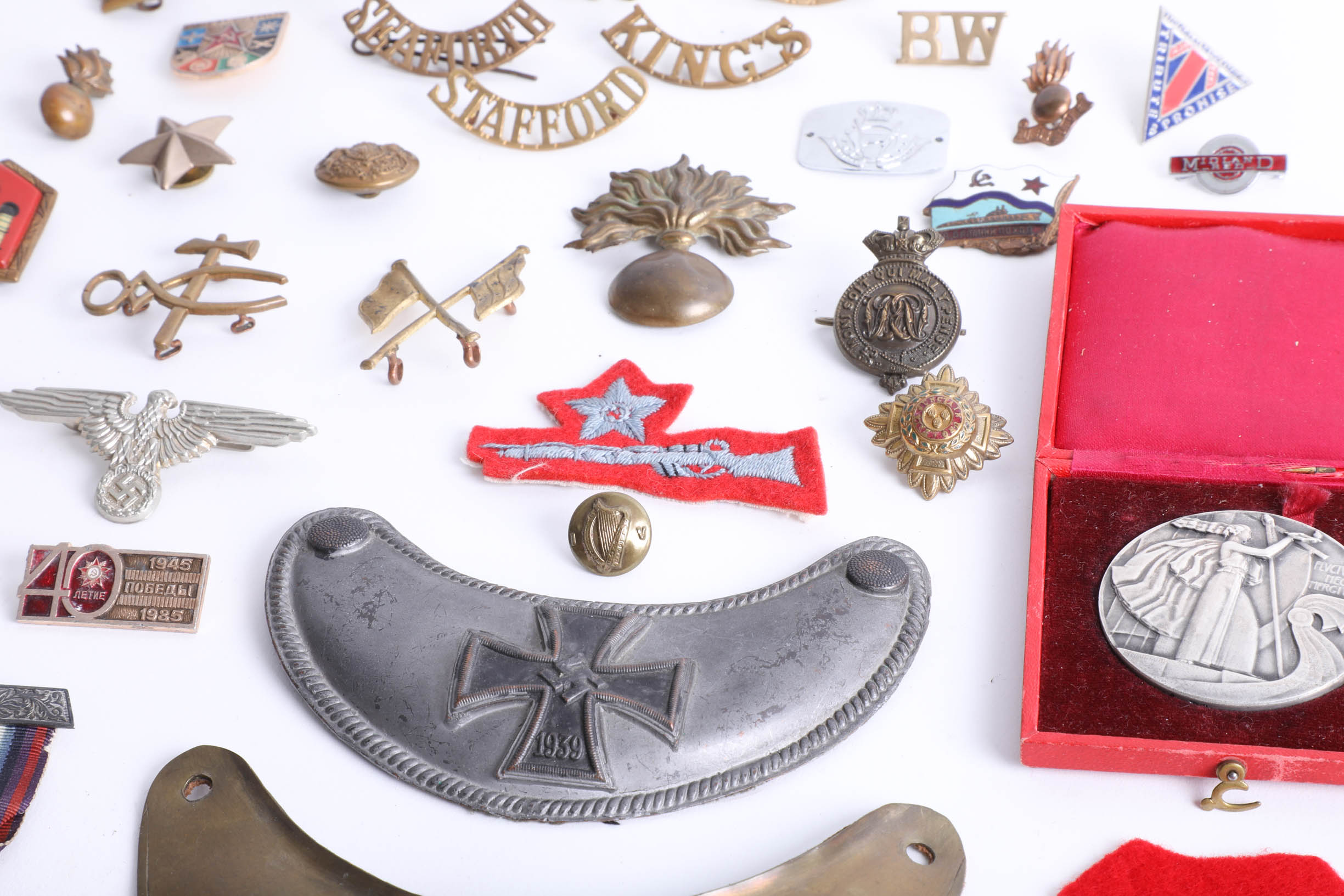 Lot 024 - An assortment of various loose cap badges, including King's, Stafford, ATF cloth patch, a French