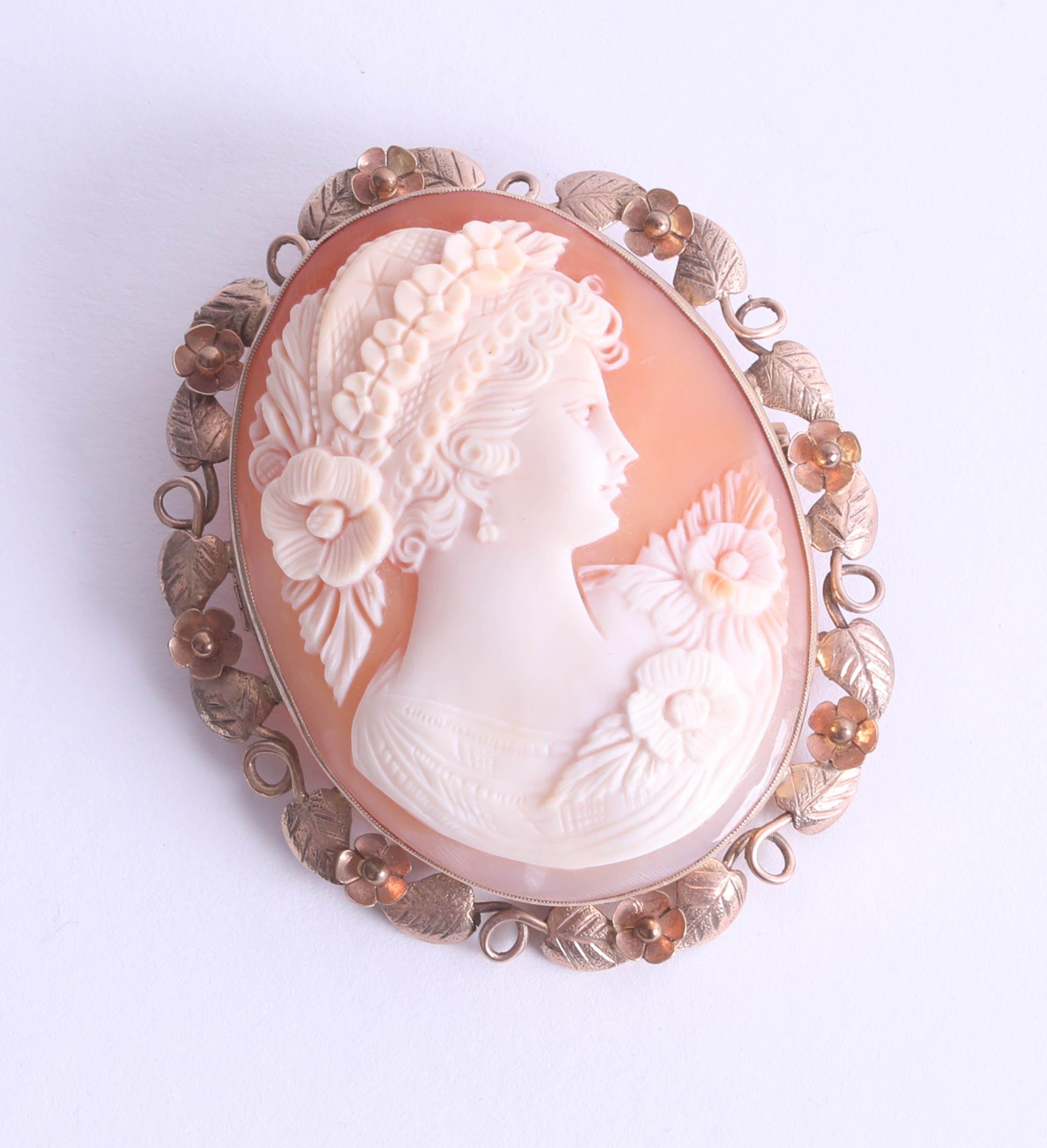 Lot 028 - A large 9ct gold oval cameo brooch, depicting a period lady with floral hair decoration, approx.
