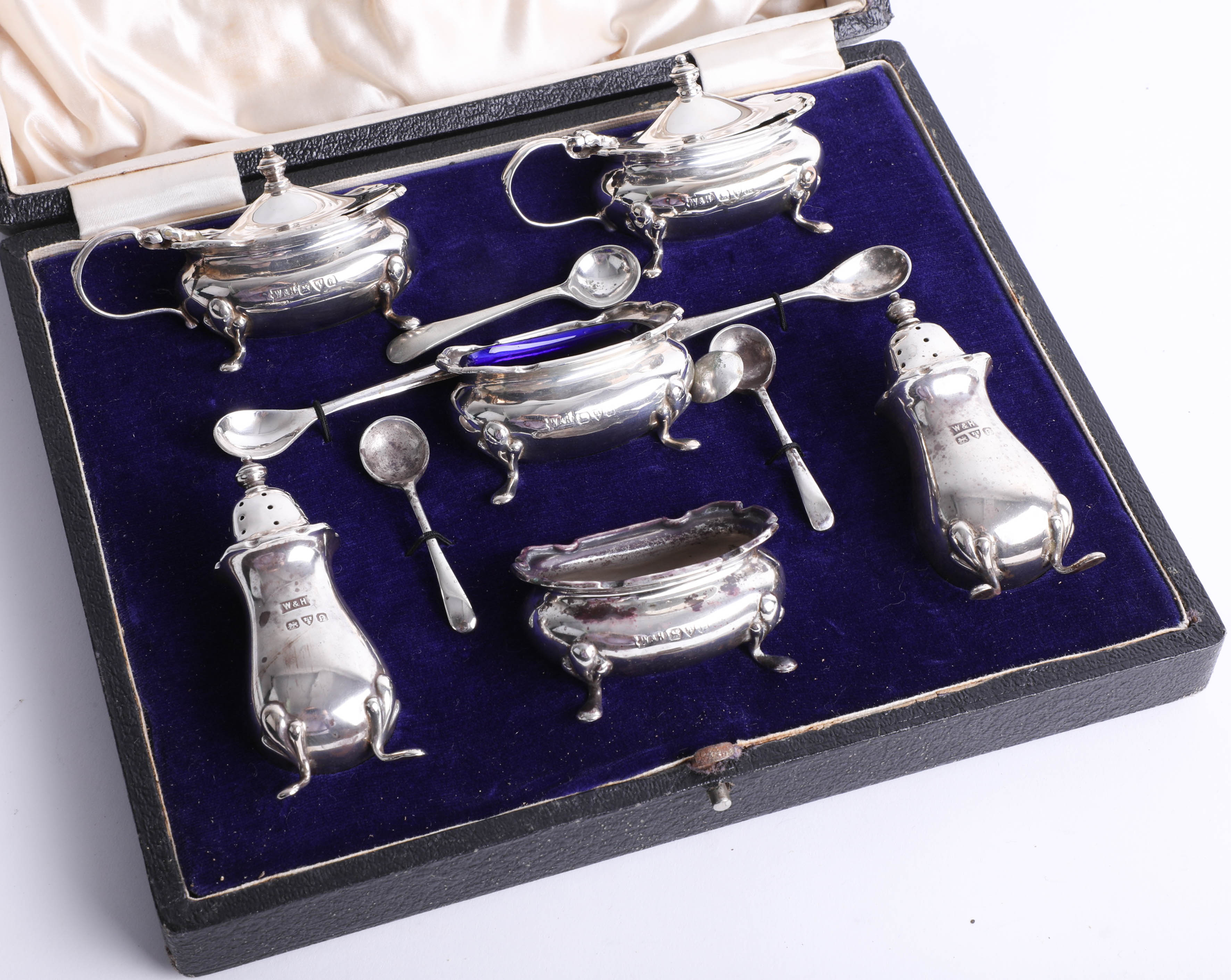 Lot 016 - Cased silver 6-piece condiment set by Walker & Hall of Sheffield with 6 mustard spoons, Chester.