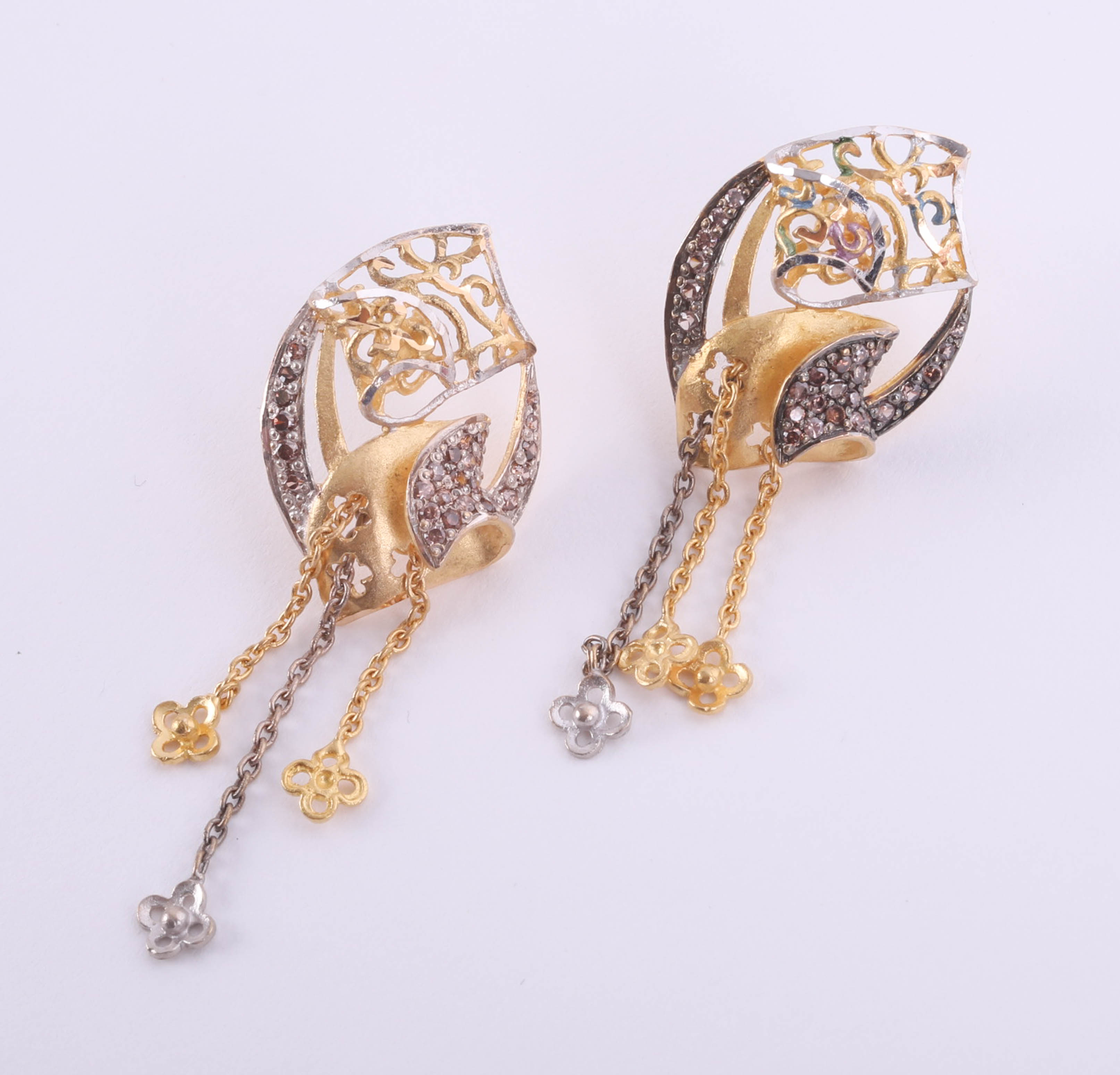 Lot 044 - A pair of Mansura Arabic high carat gold earrings, Arabic markings with purchase box marked Damas,