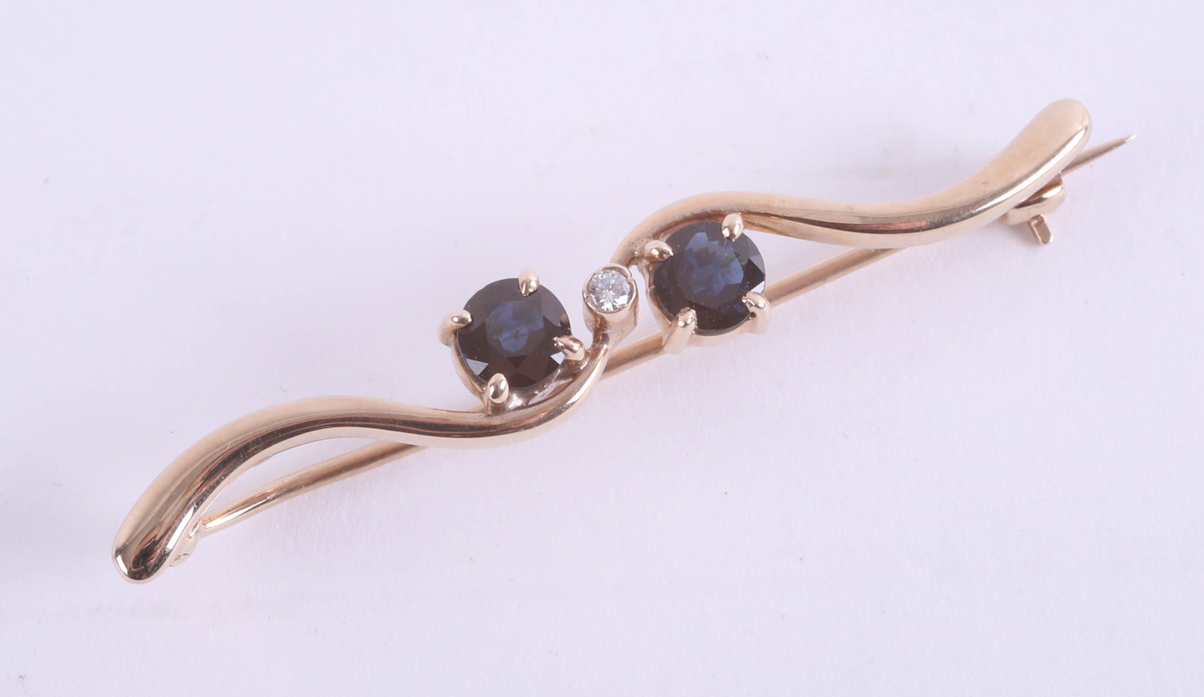 Lot 024 - A 9ct sapphire and diamond set brooch, set in yellow gold.