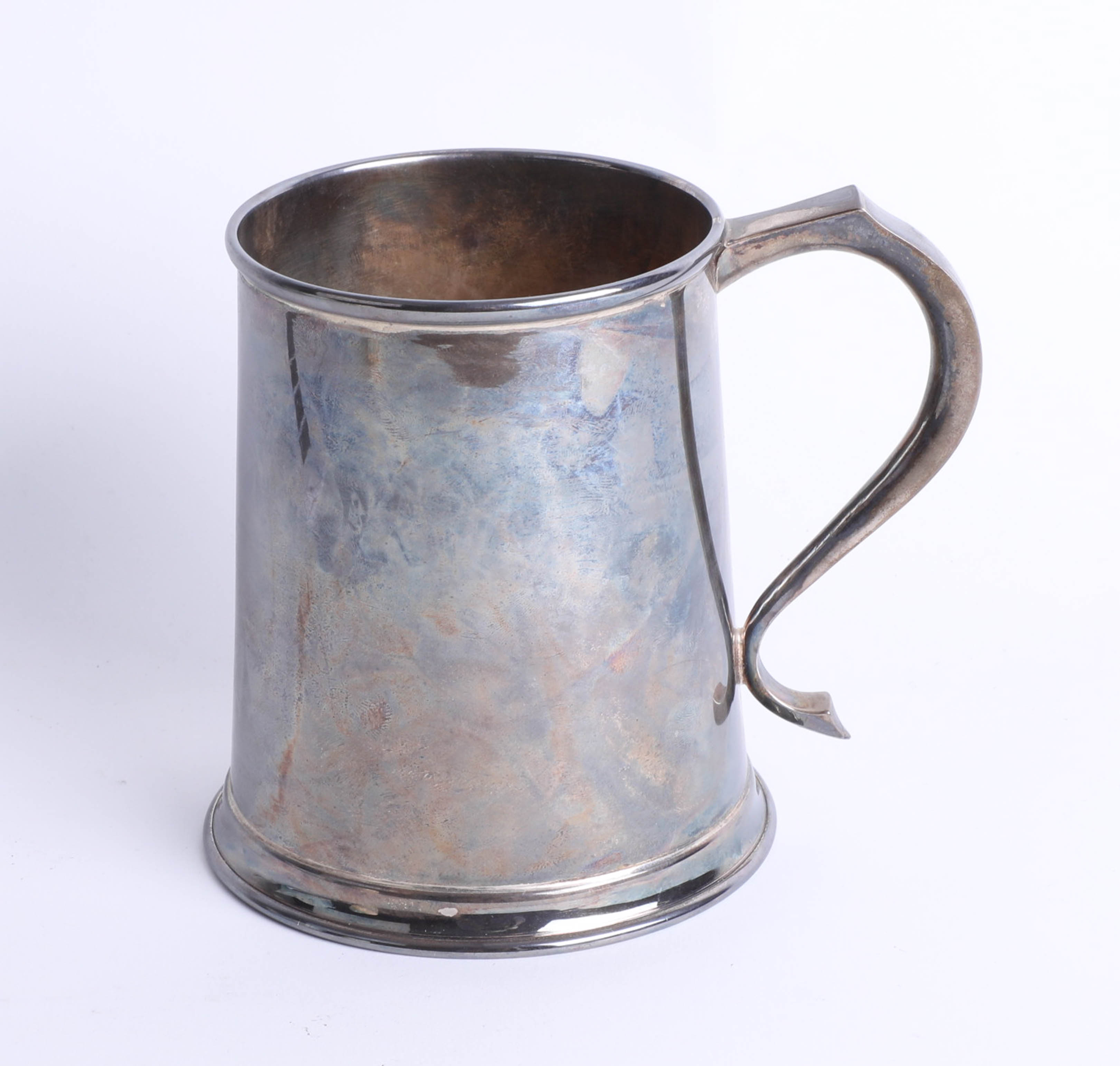 Lot 019 - Silver pint tankard with plain body and scroll handle, London, Maker: A.C. & Co, height 12.1cm,