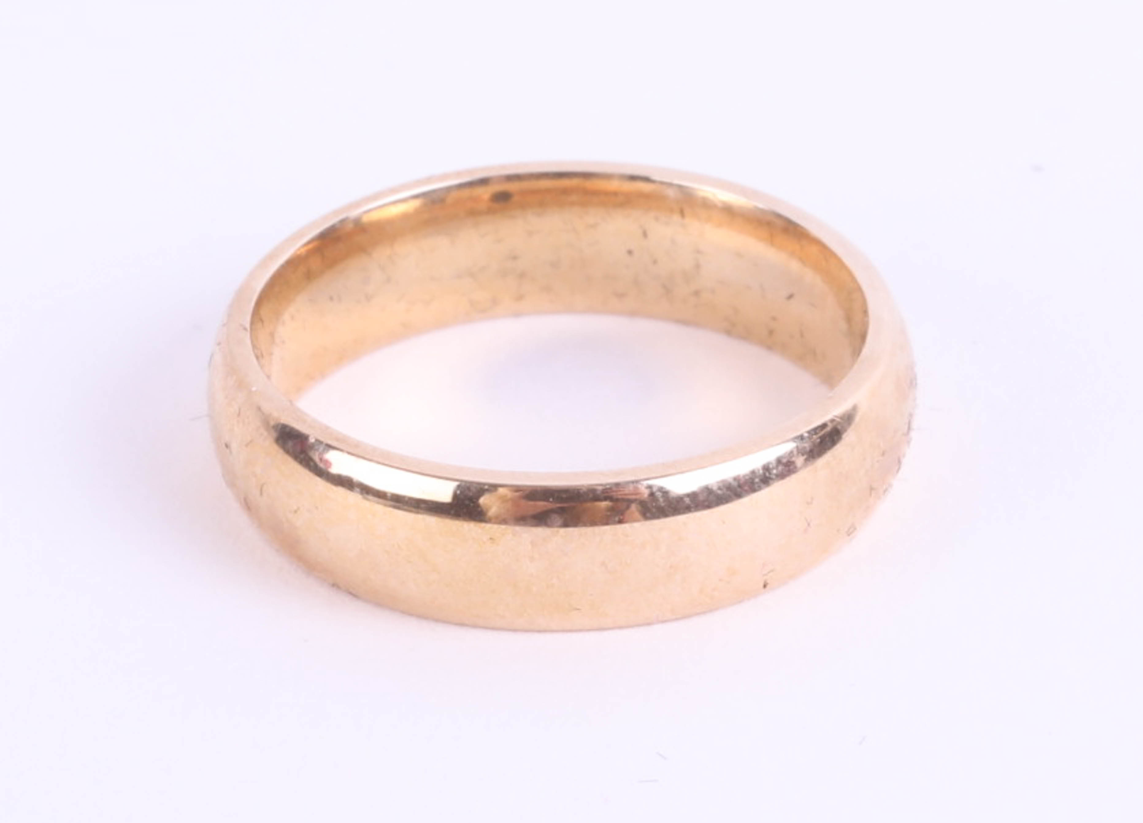Lot 036 - A 9ct yellow gold gents wedding band, size O/P, 5g, in original H.Samuel box and case.
