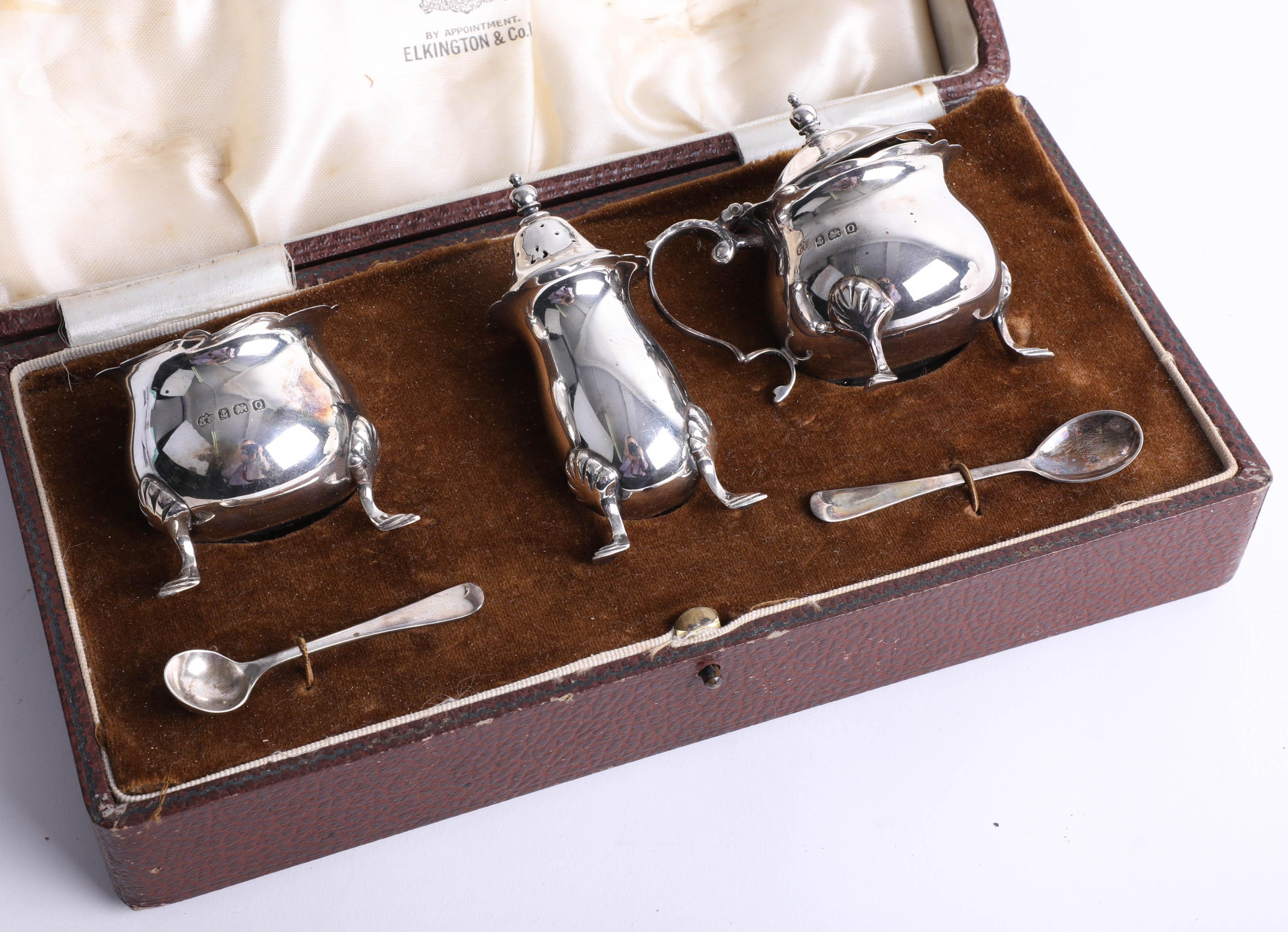 Lot 017 - Cased 3-piece set silver condiments with 2 mustard spoons, Birmingham, Maker: Elkington & Co.