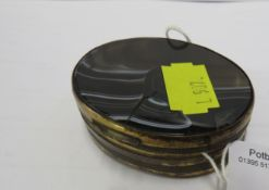 OVAL PILL BOX FACED WITH AGATE TO THE BACK AND FRONT, GILT BRASS MOUNTS, 5.8CM X 5CM X 1.7CM