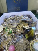 TRAY OF ASSORTED COSTUME JEWELLERY, BROOCHES NECKLACES ETC