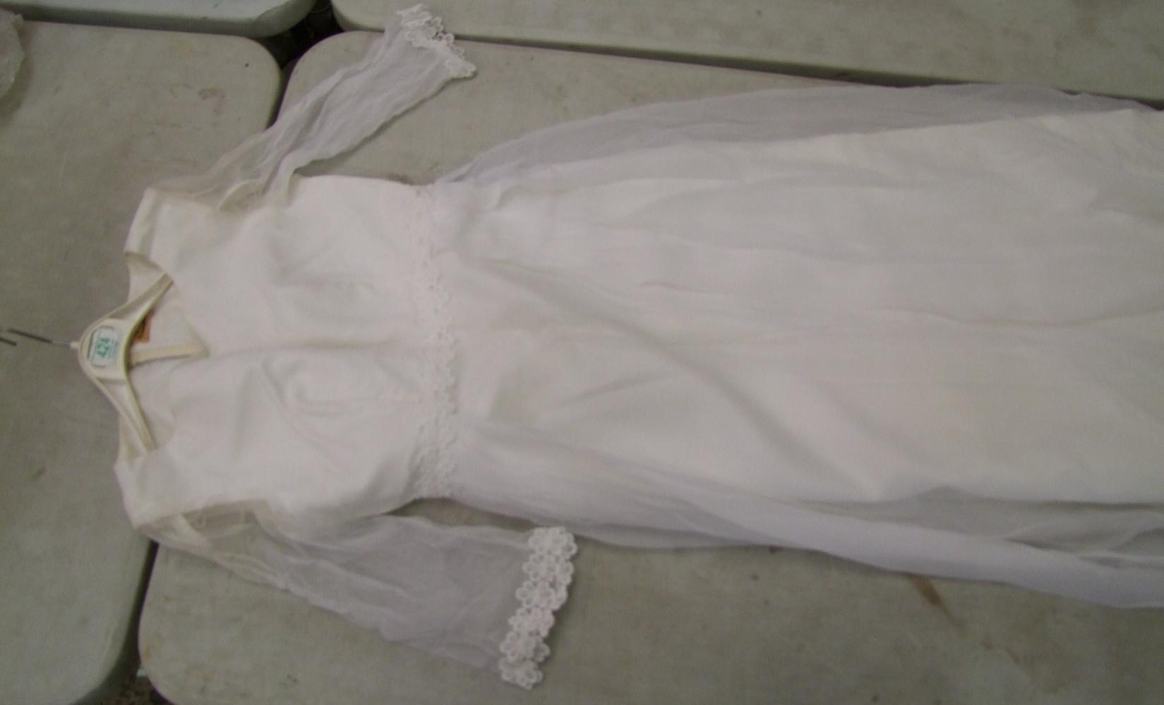 Lot 424 - Vintage Emenson Wedding Dress: Vintage Emenson Wedding Dress size 6-8